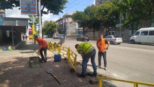 В Запорожье на Базарной установили ограждение, чтобы люди не перебегали через дорогу