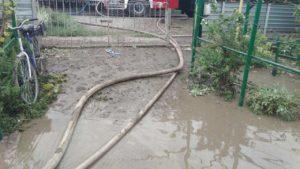 ДСНС-ники допомогали мешканцям Токмака викачувати воду з затоплених домівок, — ФОТО