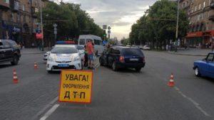 В центрі Запоріжжя автівка врізалась в маршрутку: поліція розповіла подробиці, — ФОТО