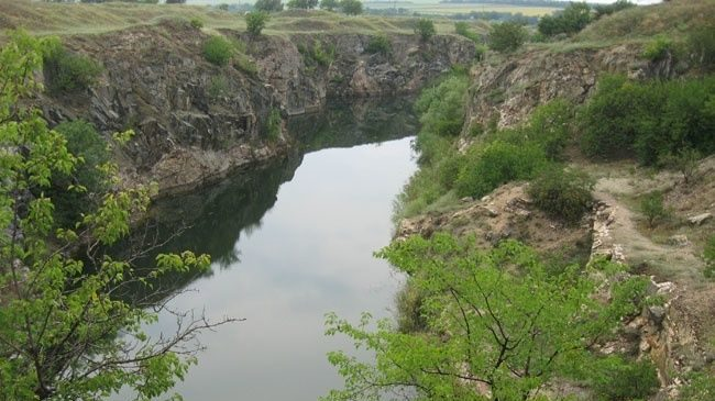 У Запорізькій області чоловік розбився об скелі під час купання в кар'єрі