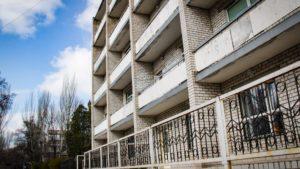 В Запорожье пациент инфекционной больницы выбросился из окна и разбился насмерть