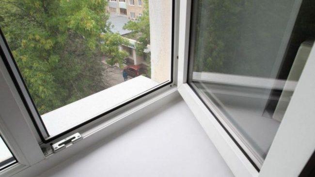 В Запорожье на Бабурке молодой мужчина выпал из окна 9 этажа