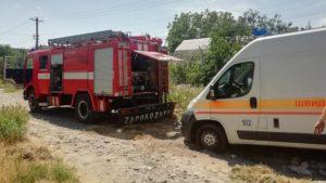 У Запоріжжі карета швидкої допомоги застрягла у величезній ямі на дорозі: знадобилася допомога рятувальників, – ФОТО