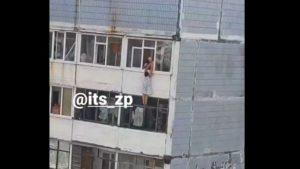 Тянули за руки: в Запорожье женщина оказалась за окном многоэтажки, — ВИДЕО