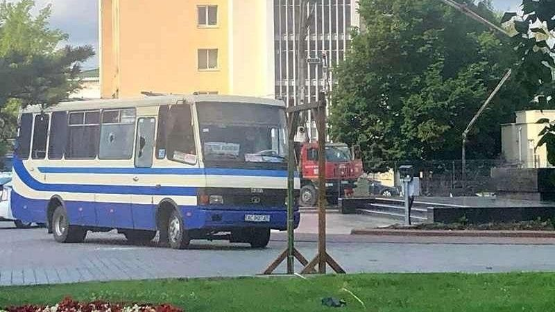 У Луцьку терорист захопив автобус із заручниками: у злочинця – вибухівка і зброя, – ФОТО
