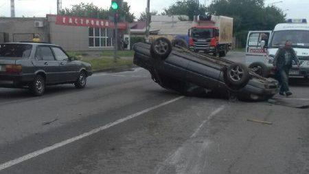 У Запоріжжі водій врізався в стовп і перекинувся, – ФОТО