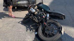 У центрі Запоріжжя мотоцикліст врізався в легковик: водія госпіталізували, – ФОТО