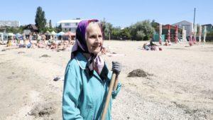 75-річна пенсіонерка щодня виходить на пляжі Бердянська, аби прибрати їх від сміття