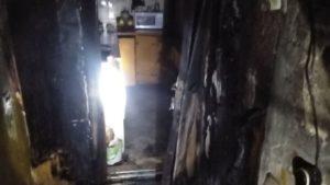 В багатоповерхівці Запоріжжя палала квартира: з будинку евакуювали жителів, врятували двох дорослих та дитину