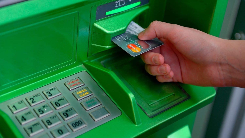 В запорізькому курорті відпочивальники по кілька годин стоять у чергах до банкомата, — ФОТОФАКТ