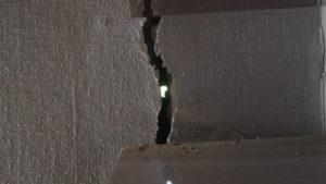 В Запорожье разрушается жилой дом-памятка архитектуры: внутри – огромные трещины, – ФОТОРЕПОРТАЖ