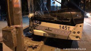 У Запоріжжі маршрутний автобус врізався в стовп: постраждали шестеро пасажирів, – ФОТО