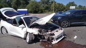 Автівка вщент: на Набережній магістралі в Запоріжжі сталась ДТП, — ФОТО