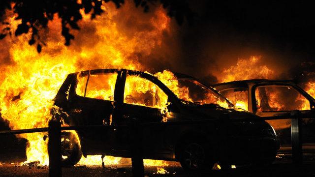 У Запоріжжі біля мостів Преображенського спалахнув автомобіль, – ВІДЕО