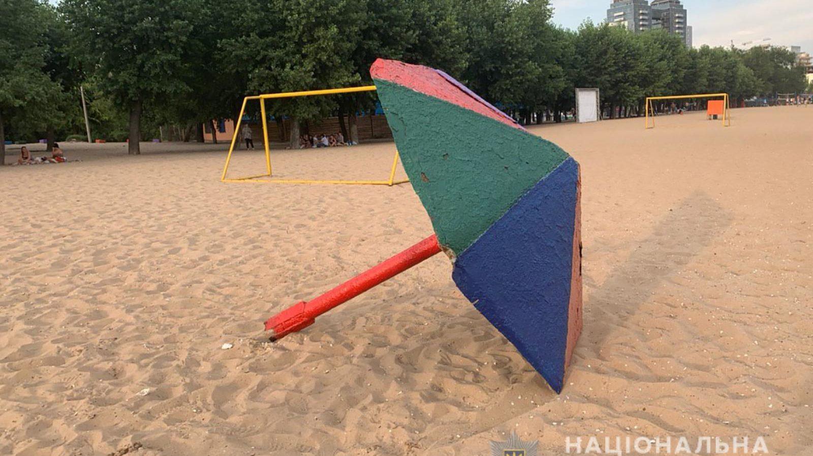 В Запорожье на Центральном пляже на ребенка упал металлический грибок, – ФОТО
