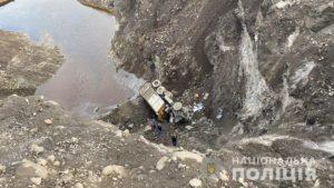 В Заводському районі Запоріжжя вантажівка впала з 25-метрової висоти: водій загинув на місці