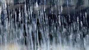 В Запорожье маршрутка на Победе застряла под мостом: пассажиры стоят по колено в воде, – ВИДЕО