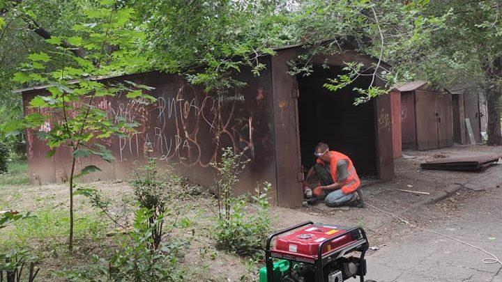 В центральной части Запорожья демонтируют захламленные гаражи