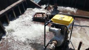 Трюми заповнилися водою: в Запорізькій області ледве не потонула баржа, — ФОТО