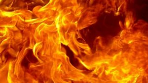 В Запорожской области в пылающей летней кухне едва не взорвался газовый баллон