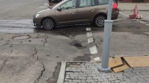 У центрі Запоріжжя на магістральному перехресті через зливу просів асфальт, – ФОТО