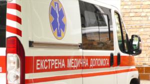 На запорізькій трасі автівка влетіла у відбійник: постраждала людина