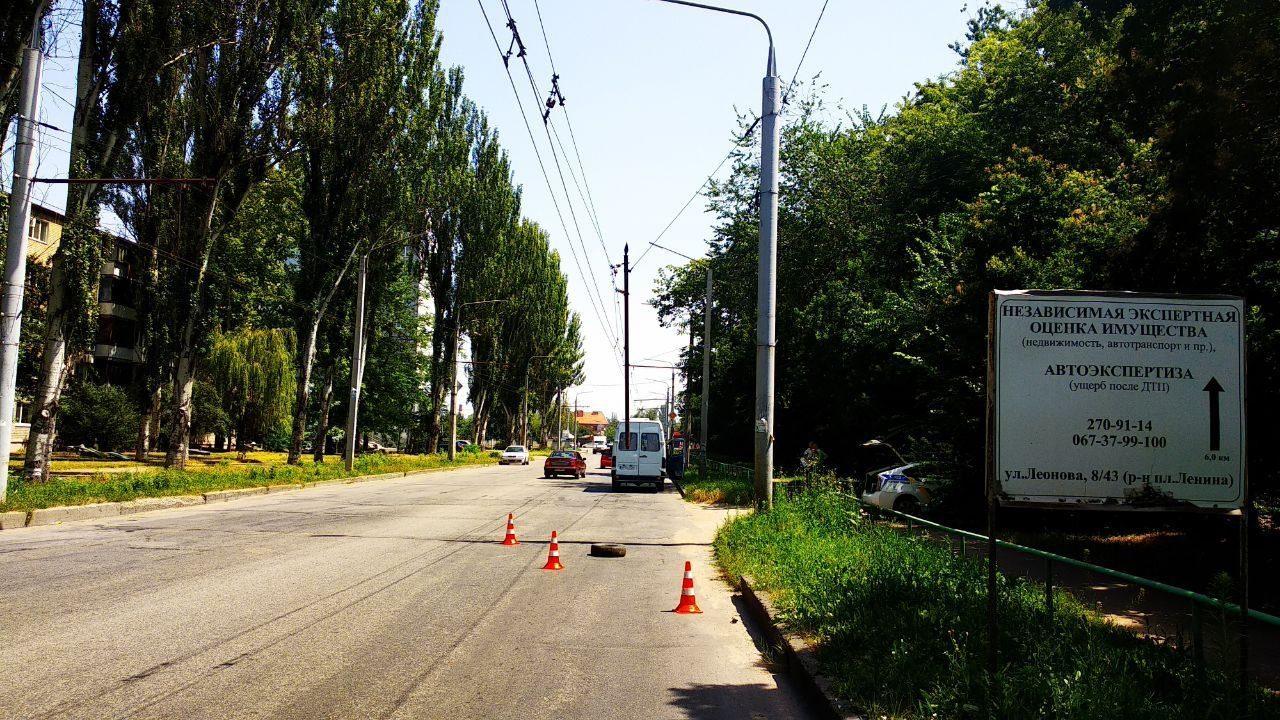 В Запорожье на Правом на маршрутку во время движения упала металлическая труба, – ФОТО