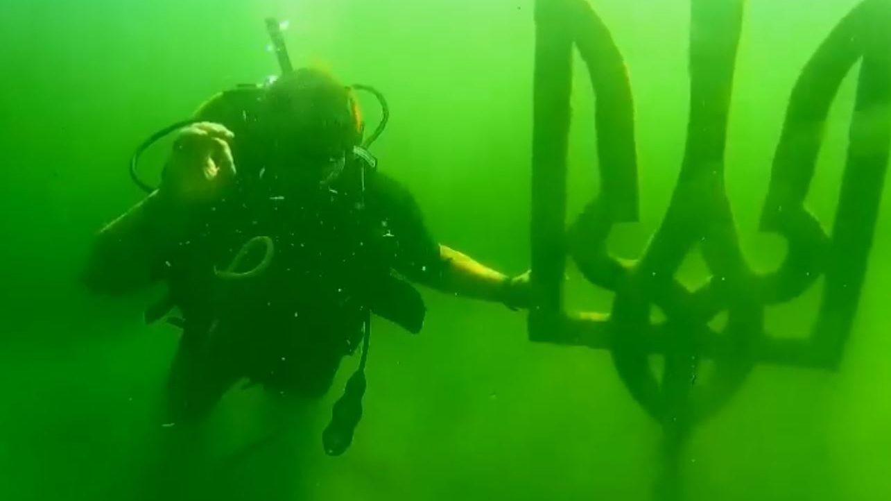 Мелитопольские дайверы пополнили подводный музей гербом Украины, — ВИДЕО