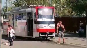 Запорожец заблокировал дорогу трамвая из-за того, что его не пустили в салон без маски, — ВИДЕО