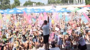 В Запорожье в фестивале красок Холи приняли участие сотни жителей города: как это было, – ФОТОРЕПОРТАЖ