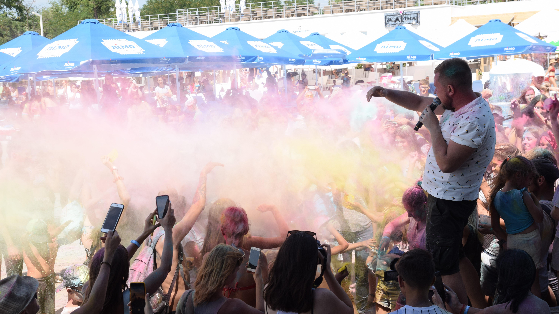 В Запорожье на фестиваль красок Холи пришли сотни жителей города, – ФОТОРЕПОРТАЖ