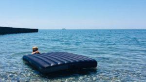 На Азовском море за последние сутки четырех отдыхающих унесло в море