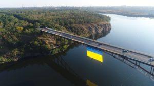 У Запоріжжі на Арочний міст повісили найбільший прапор України у всій області, – ФОТО