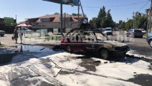 На запорізькому курорті біля газової заправки дотла згорів автомобіль, – ВІДЕО