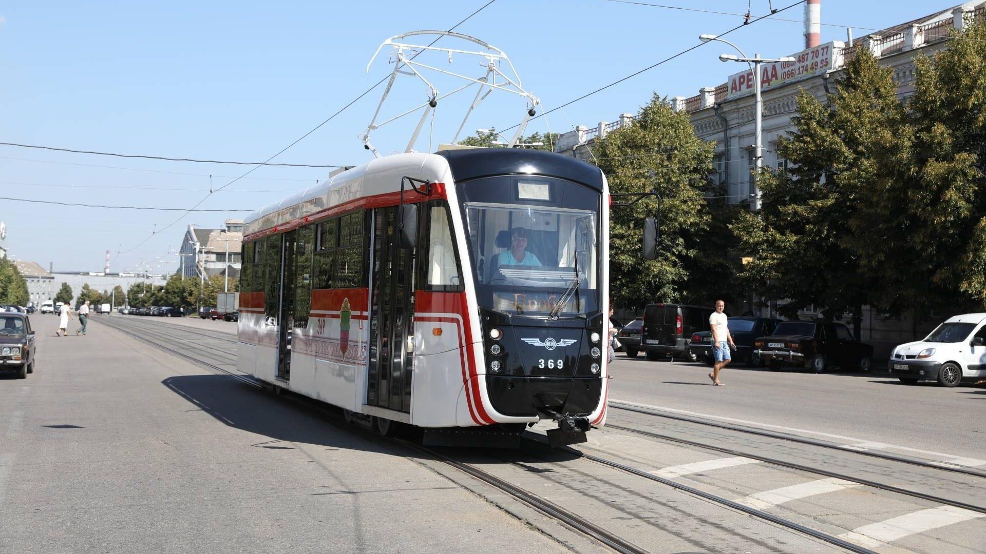На міський маршрут вийшов новий трамвай запорізького виробництва, – ФОТО