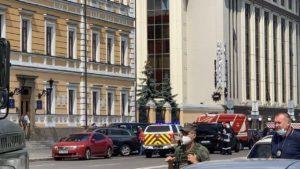 В центре Киева мужчина захватил заложников и угрожает взорвать бомбу в отделении банка