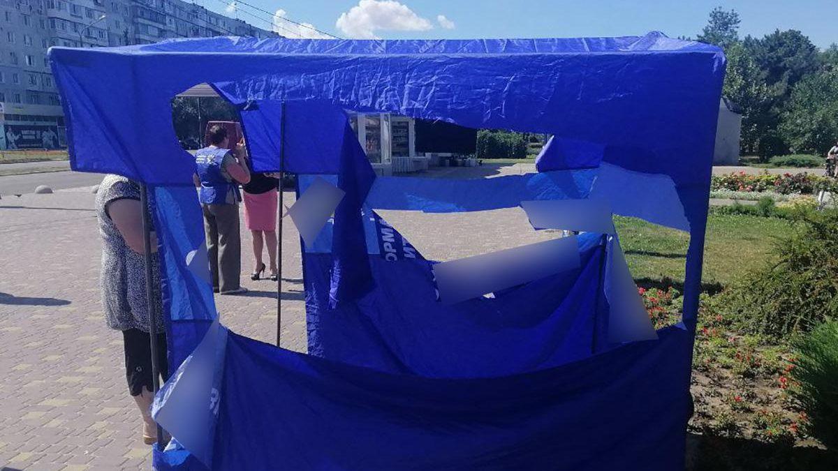 В Запорожье выбрали меру пресечения двоим парням, которые повредили палатку партийных агитаторов