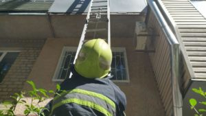 В Запоріжжі старенькій стало погано: рятувальникам довелося потрапити до квартири через балкон, — ФОТО