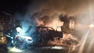 В Олександрівському районі палала автівка: вогнем зачепило сусідній гараж з машиною, — ФОТО