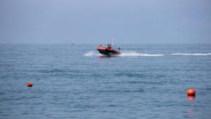 На запорожском курорте спасли четырех отдыхающих, которых уносило в открытое море