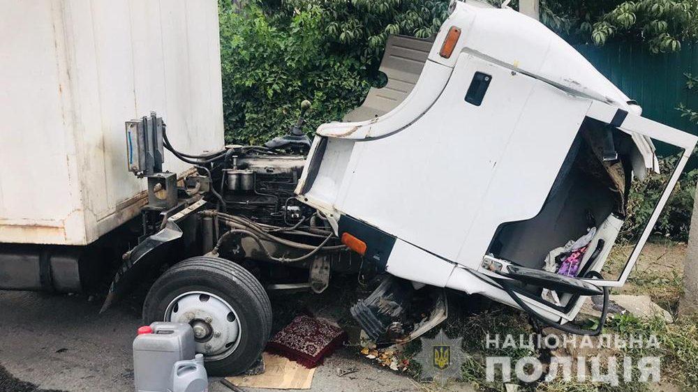 В Запорожье в ДТП погиб водитель грузовика: он потерял управление и врезался в столб, – ФОТО