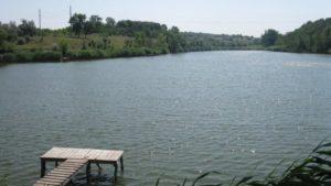 В Оріхові біля річки знайшли тіло жінки, — ФОТО