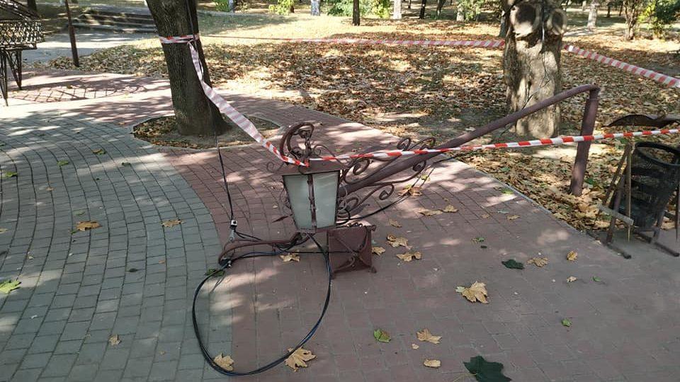 Невідомі вандали зламали ліхтар в парку у центрі Запоріжжя, — ФОТО