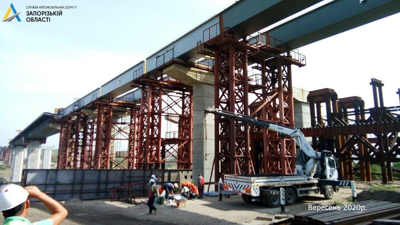 У Запоріжжі завершили монтаж металевої основи нового мосту через Дніпро, – ФОТО