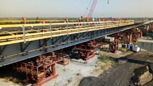 В Запорожье активно строят мост через Днепр: уже забетонировали первые 30 метров будущей проезжей части, – ФОТОРЕПОРТАЖ