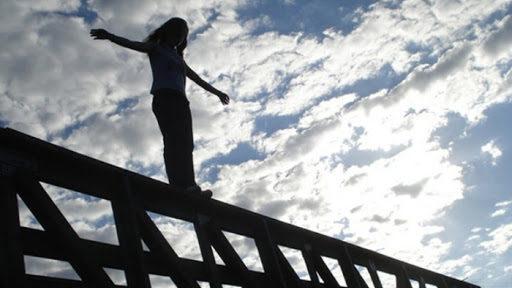 В Запоріжжі 19-річна дівчина стрибнула з моста, залишивши передсмертну записку