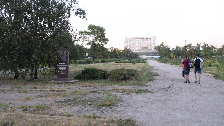 Пыль и сорняки: как выглядит сквер Яланского спустя два года после вирубки, – ФОТОРЕПОРТАЖ