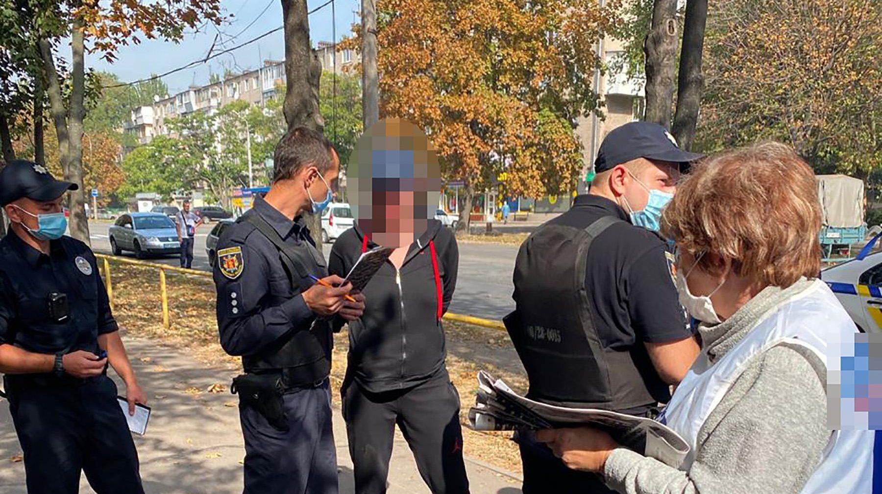 В Запорожье пьяная женщина напала на партийных агитаторов, – ФОТО
