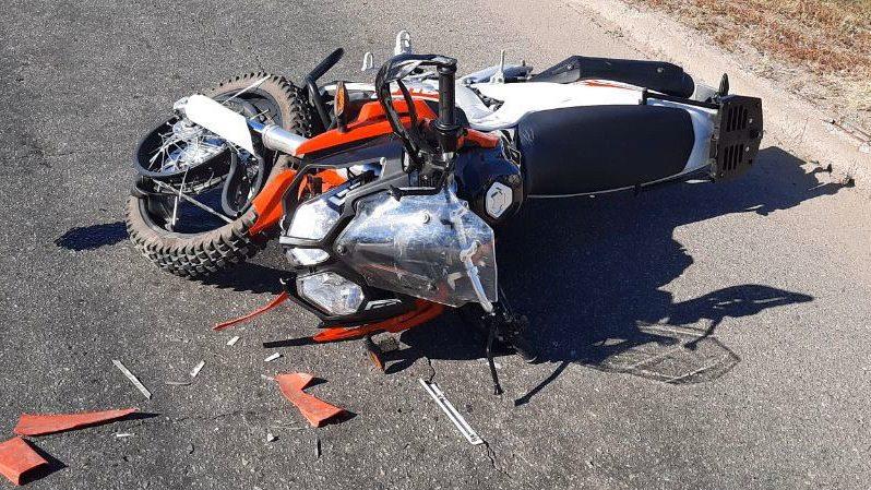 У Запоріжжі на Набережній мотоцикліст врізався в машину, яка зупинилася перед зеброю, – ФОТО