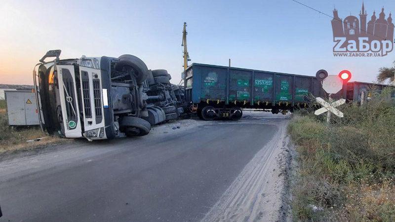 В Запорожье поезд протаранил грузовик, – ФОТО